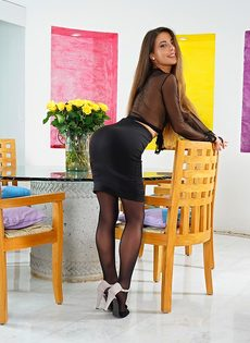 Изумительная брюнетка в сексуальных черных колготках - фото #1