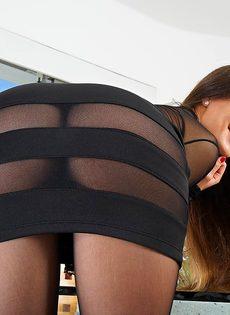 Изумительная брюнетка в сексуальных черных колготках - фото #4