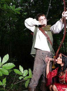 Красавица Анисса Кейт сосет и трахается в попочку на свежем воздухе - фото #2