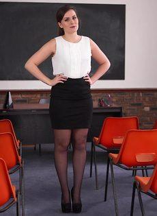 Преподавательница в черных чулках прикрывает промежность ручкой - фото #1