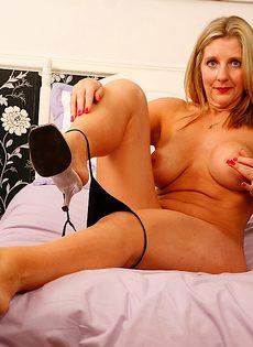 Горячая и страстная мамаша засовывает секс игрушку во влагалище - фото #11