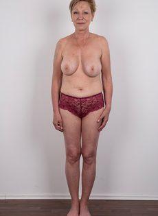 Обвисшая грудь и дряблая пизда старой развратной бабы - фото #8