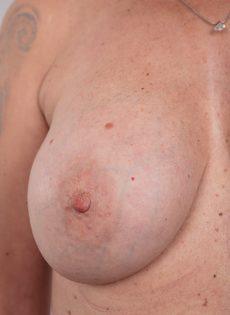 Обвисшая грудь и дряблая пизда старой развратной бабы - фото #11