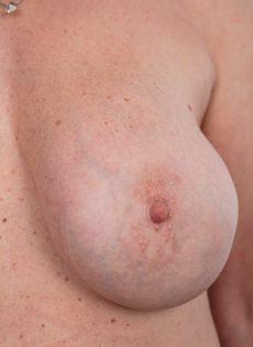Обвисшая грудь и дряблая пизда старой развратной бабы - фото #12