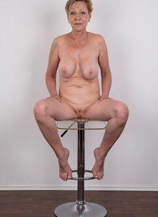 Обвисшая грудь и дряблая пизда старой развратной бабы - фото #19