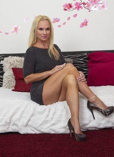 Жаркая светловолосая мамка в сексуальном нижнем белье черного цвета - фото #4