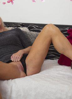 Жаркая светловолосая мамка в сексуальном нижнем белье черного цвета - фото #5