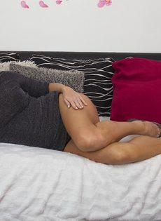 Жаркая светловолосая мамка в сексуальном нижнем белье черного цвета - фото #7