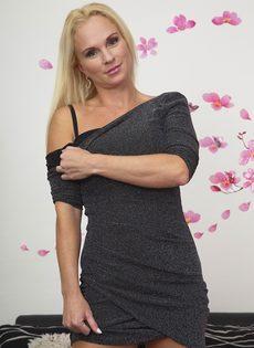 Жаркая светловолосая мамка в сексуальном нижнем белье черного цвета - фото #12