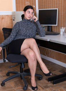 Брюнетка показывает волосатую промежность на рабочем месте - фото #1