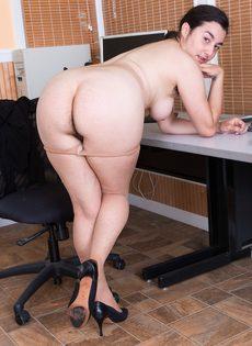 Брюнетка показывает волосатую промежность на рабочем месте - фото #8