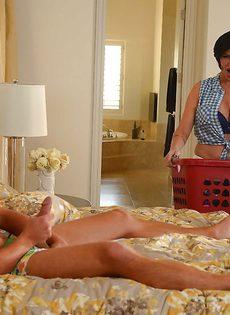 Брюнетистая мамаша с большими сиськами присаживается на пенис - фото #1