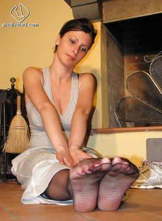 Откровенная брюнетка демонстрирует ножки крупным планом - фото #7