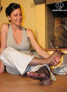 Откровенная брюнетка демонстрирует ножки крупным планом - фото #9