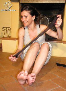 Откровенная брюнетка демонстрирует ножки крупным планом - фото #15