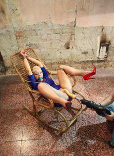 Крепко связанную блондинку трахает секс машина между ног - фото #10