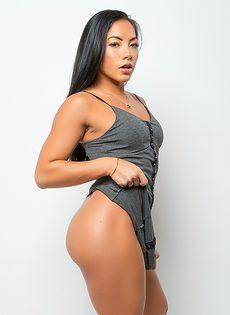 Возбуждающее соло обнаженной азиатской модели - фото #3