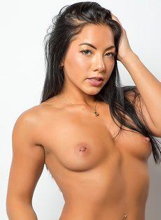 Возбуждающее соло обнаженной азиатской модели - фото #15