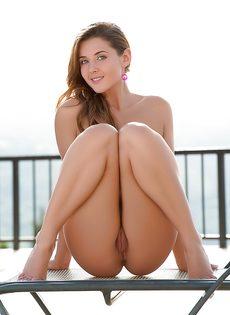 Сексапильная молодка с красивым телом умело позирует - фото #7