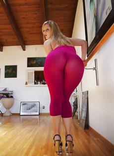 Девица показывает маленькие сиськи и большую задницу - фото #6