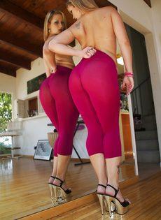 Девица показывает маленькие сиськи и большую задницу - фото #12