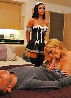 Брюнетка и блондинка наслаждаются крепким половым членом - фото #1