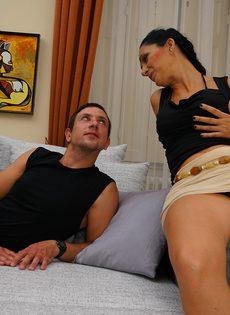 Парнишка наяривает зрелую брюнетку в удобных позах на диване - фото #4