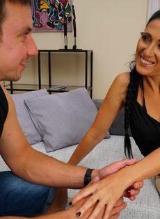 Парнишка наяривает зрелую брюнетку в удобных позах на диване - фото #6