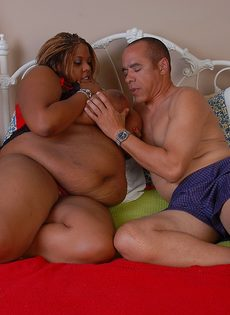 Мужчина с трудом трахает жирную темнокожую женщину - фото #2