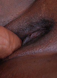 Мужчина с трудом трахает жирную темнокожую женщину - фото #9