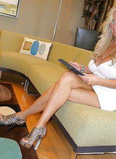 Домашние фотографии белокурой женщины с огромными сиськами - фото #2