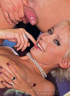 Откровенные девушки получают густую и горячую сперму на лицо - фото #9