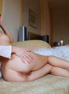 Гладко выбритая киска темноволосой девушки крупным планом - фото #8