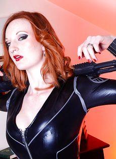 Рыжеволосая девица в обтягивающем сексуальном наряде - фото #2
