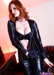 Рыжеволосая девица в обтягивающем сексуальном наряде - фото #7