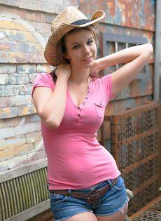 Молодая девушка в шляпе вывалила большую грудь - фото #1