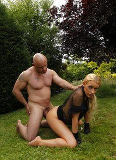 Похотливую блондинку трахают на свежем воздухе между ножек - фото #8