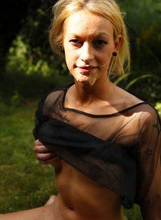 Похотливую блондинку трахают на свежем воздухе между ножек - фото #12
