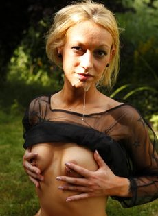 Похотливую блондинку трахают на свежем воздухе между ножек - фото #13