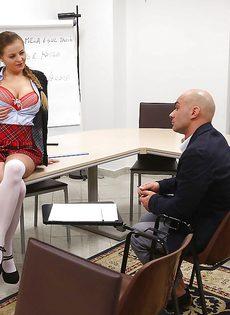 Студентка в юбке раскрутила лысого преподавателя на секс в классе - фото #4