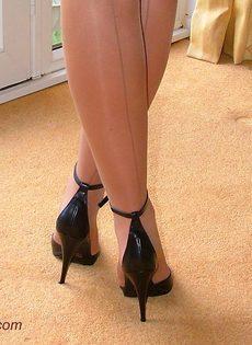Длинноногая латинская развратница на высоких каблуках - фото #15