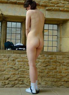 Темноволосая молодка с натуральными сиськами разделась догола - фото #13
