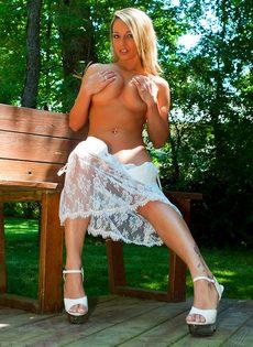 Сногсшибательная блондинка с большой грудью умело позирует - фото #11