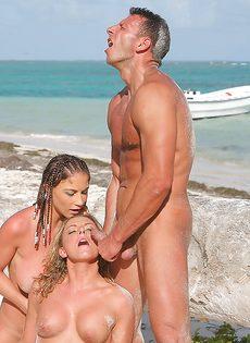 Бурный половой акт с двумя сучками на берегу океана - фото #16