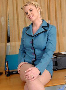Преподавательница в телесных чулках мастурбирует в классе - фото #5