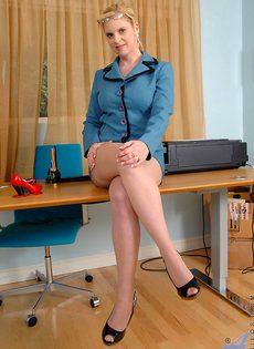 Преподавательница в телесных чулках мастурбирует в классе - фото #6