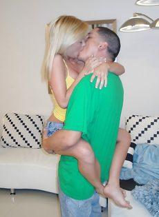 Блондинка садится киской на большой член в домашней обстановке - фото #1