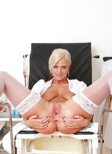 Медсестра в белых чулках расслабляется прямо в кабинете - фото #6