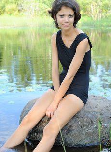 Худышка расставляет ноги и показывает узкую киску на природе - фото #10