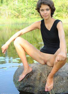 Худышка расставляет ноги и показывает узкую киску на природе - фото #11